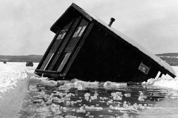 Неудачно вмёрзший плавучий дом