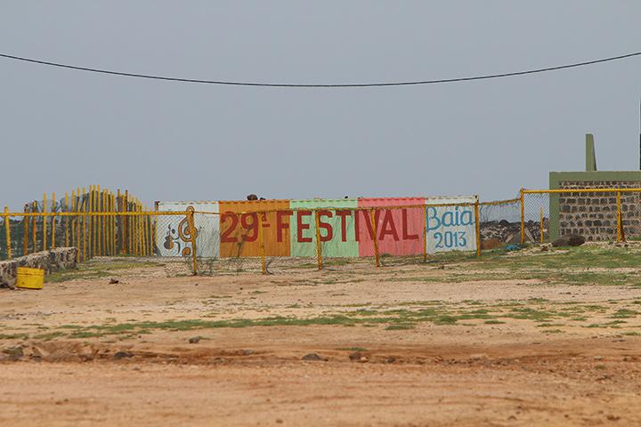 Напоминание о прошедшем музыкальном фестивале Baía das Gatas