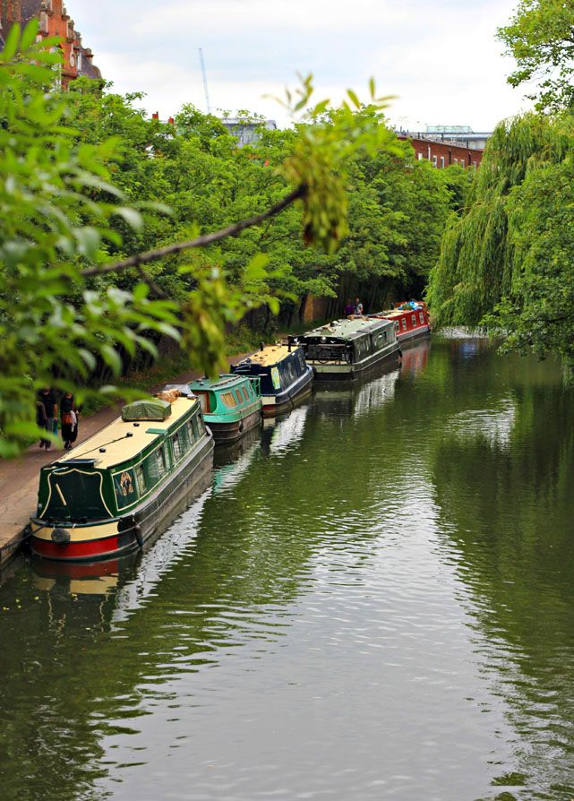 Канал Риджентс в Лондоне с армией уютных хаусботов