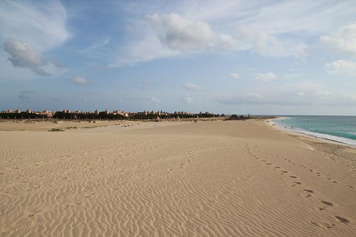 Отличный и пустынный пляж острова Сал, вдалеке отели Riu Funana и Riu Garopa