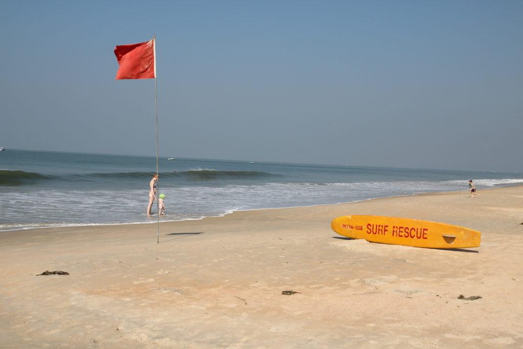Пустынный пляж в Бенаулиме